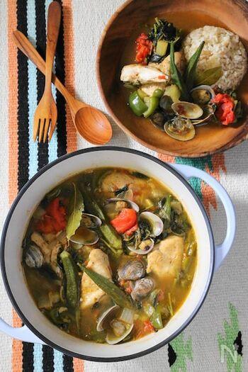 """""""ガンボ""""とはオクラという意味。オクラ特有のとろみで口当たりもなめらかな具だくさんスープです。具材は、オクラのほかチキン・ソーセージなど肉類やシーフード、パプリカ・セロリなどの野菜が多いようです。ルイジアナのソウルフードといえるほど親しまれている味です。"""