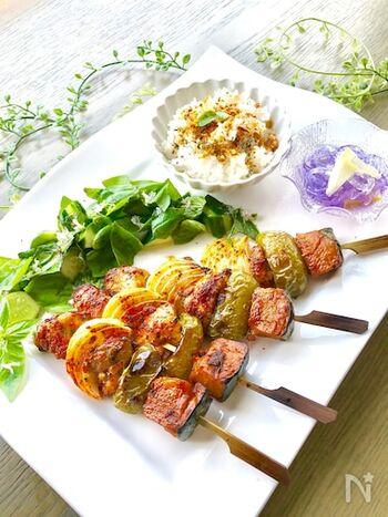 厚切りの豚ロース肉をカットしてケイジャンスパイスを揉み込み、肉と野菜を交互に串に刺します。野菜にもケイジャンスパイスをふり、魚焼きグリルでこんがりと。余分な脂も落ちてヘルシーです。