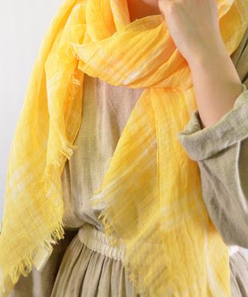 細番手のリネンを使ったストールは薄くて軽く、ふんわりとしています。布が重なり合うことで色の濃淡が出て、お洒落に見えますね。