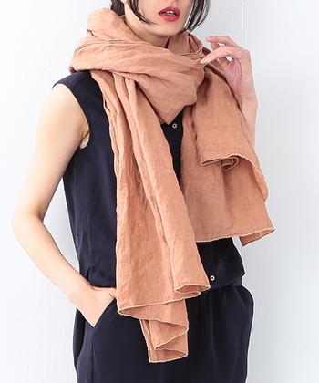 東京の老舗で染めを行い、山梨の専門店で織りを行ったというこだわりぬいたリネン生地を使ったストール。仕上げの段階で、職人さんがひとつひとつシワ加工を施しているそうです。たっぷりとした生地感がたまりません。