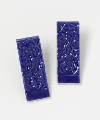 葡萄をモチーフにしたオリジナルの模様。細やかな絵柄に浮かび上がる釉薬の濃淡が美しいです。こちらの色みは、青磁釉を使用した「サックス」。大きめのサイズなので、シンプルな装いにもしっかりと凛としたアクセントを添えてくれます。