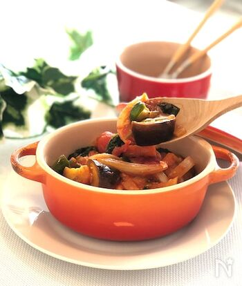 ナスやピーマンなどビタミンたっぷりの彩り野菜を煮込んだフランスの定番メニュー。温かいままでも冷やして食べても美味しく、ヘルシーなのにボリューム満点。