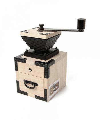 BEAMS JAPANとコラボレーションしたコーヒーミルは、一風変わった箪笥のデザイン。桐たんすの生産量日本一を誇る新潟県加茂市の伝統工芸品「加茂桐箪笥」の職人さんにつくっていただく特注品になります。食器棚のみならず、リビングのシェルフに置いても、ぱっと目を引く存在感。カリタが誇る機能性に加え、職人さんの技術の凄さを感じ取れます。
