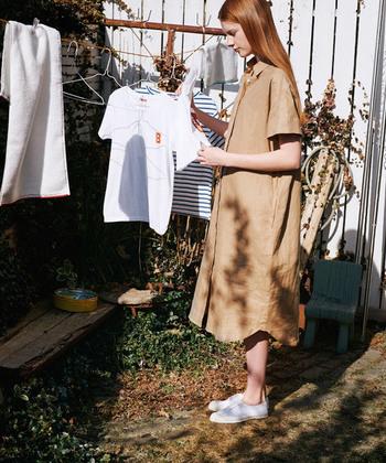 インナーに白Tとデニムを合わせて羽織りとして使っても◎なリネンのシャツワンピース。ボタンを留めて一枚できれば優等生のお嬢さん風コーデも楽しめます。