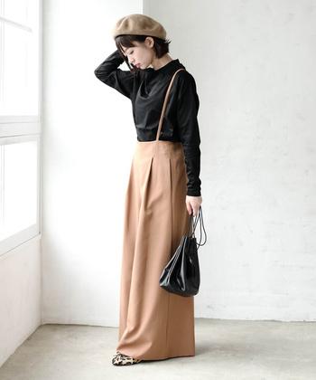 サロペットやジャンパースカートに、ディティールが上品なボトルネックをあわせてみても。上品さが漂う秋の着こなしに仕上がります。