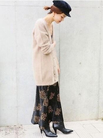 派手に見えがちな総柄スカートも、ロングカーデを合わせてさりげなく。 ヒールの高さがあるブーツを選ぶと、より素敵なスタイルに整います。