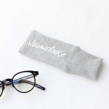 「MEGANE ROCK(メガネロック)」のメガネケースは、まるでスウェットのようなデザイン。メガネの形を選ばないケースで、メガネの形に合わせてフィットしてくれます。優しい素材でメガネを守るので、鞄の中に入れて持ち運ぶにも安心。