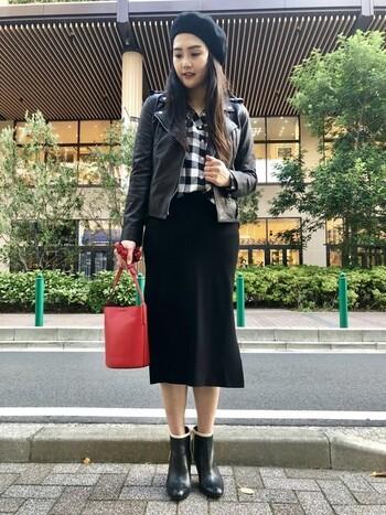 黒のシンプルなタイトスカートはライダースなどのショート丈のアイテムとも相性抜群!頭にはベレー帽でフレンチ気分を取り入れちゃいましょう。