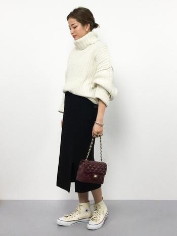 リブニットのタイトスカートにはざっくりニットをウエストin。コンバースのハイカットを合わせてもなんだかきっちりドレッシーに見えちゃうのが不思議なバランス。女性ならではの冬のおしゃれを楽しめるコーディネートですね。
