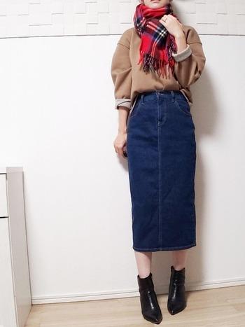 デニムとチェックストールのマニッシュな着こなしには、ヒールのあるブーツで女性らしさをプラスして。