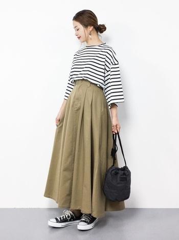 ベージュのロングスカートを颯爽と着こなすために足元にはコンバースのスニーカーをチョイス。背が低い方もインナーをinしてロングスカートの分量を多くしてあげることでバランスよく見えますよ。