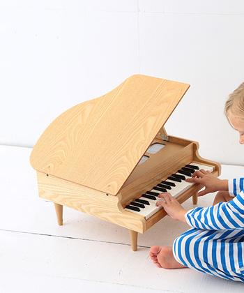 ピアノで有名なあのKAWAIによる、小さなグランドピアノ。  おもちゃといえども、本物のグランドピアノ同様、天屋根が開き、音の美しさにもこだわっているのは、さすがピアノメーカーならでは。  指や手のひらを置くだけで音が出る楽器なので、自分の動きに対して反応が返ってくる喜びと驚きを味わわせてあげられますね。