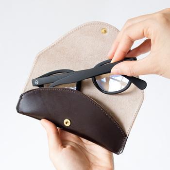 「GLENROYAL(グレンロイヤル)」のメガネケースはフラットで持ち運びの良さが特徴。スコットランドに古くから伝わる伝統的な手法を用いて作られたブライドルレザーで作られており使うほどに味を出します。