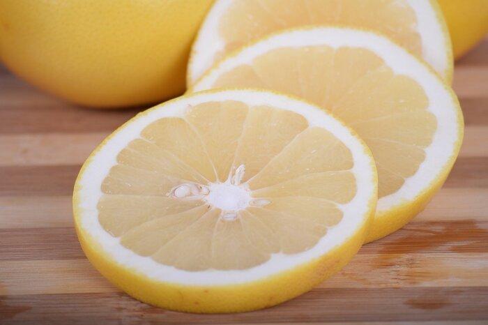 半分にカットして、お砂糖をかけていたのはこのタイプ。皮は黄色く、果肉は白っぽいもっともポピュラーなグレープフルーツです。品種名は「マーシュ」または「ホワイト」。強めの酸味と独特の苦みが特徴で、ジュースに使用されることも。酸味を生かして、レモン代わりにお料理に絞るのもおすすめです。  酸味:☆☆☆☆☆ 甘み:☆☆ 苦み:☆☆☆