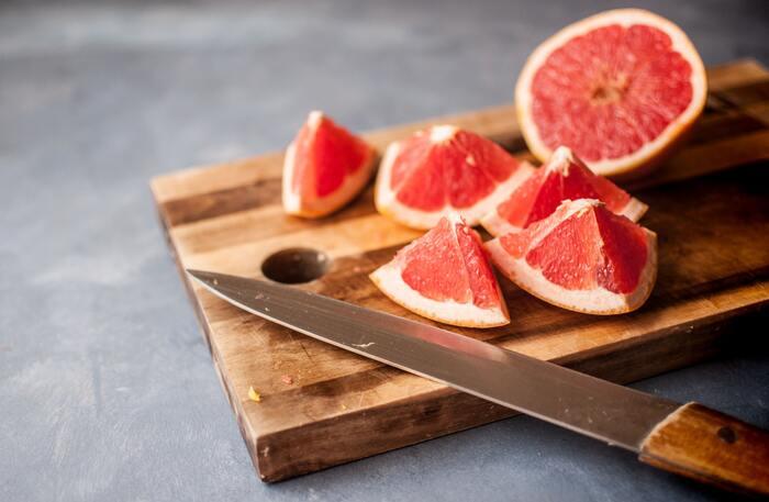 ピンクグレープフルーツとも呼ばれる「ルビー」は、果肉の赤さが特徴的。マーシュよりも酸味は控えめで、まろやかな甘さがあります。宝石のルビーを思わせる美しさは、ゼリーやタルトなどのスイーツのいろどりに最適。さらに赤みの強い品種として「スタールビー」があります。  酸味:☆☆ 甘味:☆☆☆☆ 苦み:☆☆