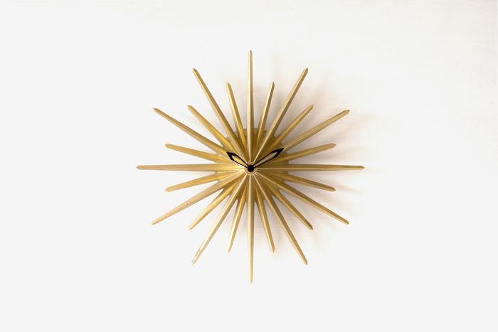 富山県高岡市にある老舗の鋳造メーカー「二上」が立ち上げた、真鍮の生活用品ブランド「FUTAGAMI」の「真鍮鋳肌の掛け時計」。1分1秒単位の正確な時間はわかりませんが、12分割された影が落ち、時刻の区切りが見えるようになっている、時の流れや経過を、しっとりと感じさせてくれる趣のあるアイテムです。こちらはW:269.5×H:275.5×D:37 (mm)とコンパクトながら、存在感たっぷりの「ポールスター」。