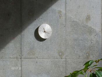 かつて航海や天体観測で用いられたという、真鍮の計器をイメージさせるレトロな趣のあるウォールクロック「オーブ」。