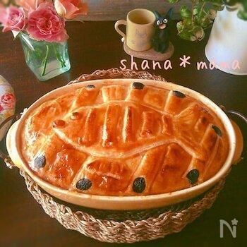 人気のアニメ映画に登場するニシンとかぼちゃのパイをモデルにしたレシピ。ニシンの代わりに鮭を、かぼちゃの代わりにジャガイモにして玉ねぎをさらにプラスしています。ホワイトソースとの相性も抜群です。
