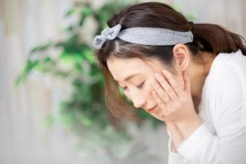 クレンジングや洗顔の際、しっかり落とそうとゴシゴシ洗っていませんか? 摩擦によって肌はダメージを受け、色素沈着の原因になります。目がかゆくてこすったり、力を入れてマッサージしたりするのもNGですよ。