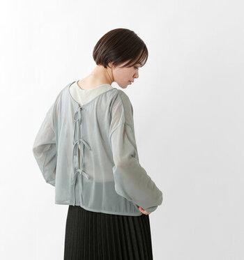ふわっと風をはらんだような軽い質感のニットプルオーバー。前後2way仕様で、リボンを解いて羽織りもの感覚で着ることもできます。どこか懐かしく、優しい雰囲気も魅力です。