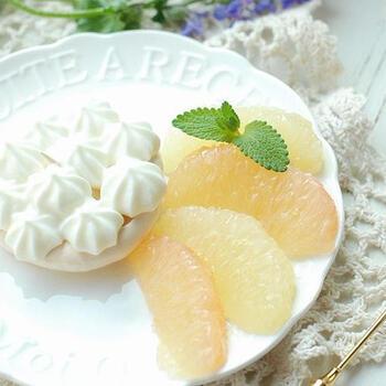 メレンゲケーキにグレープフルーツを添えるレシピ。サクサクとジューシーのコラボレーションがたまりません!