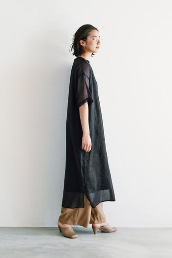 シアー素材のブラックワンピースにベージュのワイドパンツを合わせて。布の落ち感がきれいでリラックス感あるスタイル。足元はミュールで抜け感を出したところも巧みです。