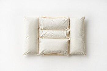 5つのパーツに分かれていることでフィット感が高まり、快適な睡眠をサポートしてくれるこちらの枕。両サイドが少し高く、中央が少し沈んでいる造りのため、頭の座りはもちろん、首あたりも抜群。