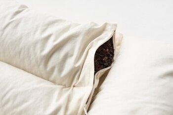 枕の中身は吸放湿性に優れている「そばがら」。熊笹で炊き込むことで抗菌防臭性と快適性アップ。寝返りを打つたびに、そばがらのさらさらと心地よい音が響き、形がフィットする感触をやさしく感じることができます。