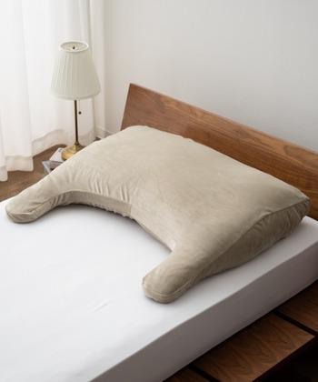 至福の睡眠にこだわった、マシュマロのようなふわふわ感が心地良いアッパーピロー。中身は、すべて高密度の国産極小ビーズを使用。広い面積の枕の中で360°立体的に流動するから、体型や寝姿勢に合わせて優しくフィットします。