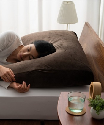 幅約85cmの大きめサイズなので寝返りもらくらく。アームレストは横寝時にはミニ抱き枕にもなります。