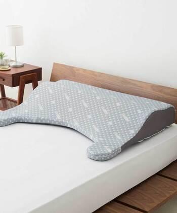 こちらは、頭から背中まで面で支える大判サイズの枕。人間工学の考えから導き出されたネックカーブに、二層のウレタンで心地よい高さを実現。