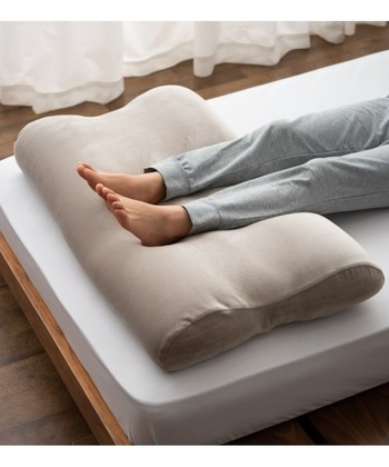 上と同じマシュマロ素材を使用しているフットピロー。極小ビーズが脚のカタチに合わせて優しくフィット。脚を包み込むように沈み込むので、とろけるような気持ちよさとリラックス効果を味わえます。
