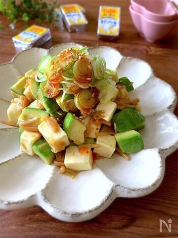 マイルドなアボカドとチーズをピリ辛に仕上げた一品。材料を調味料で和えるだけだからあっという間にビールと相性抜群のおつまみの完成!  ご飯の上にのっければ丼物にもアレンジもできますよ。
