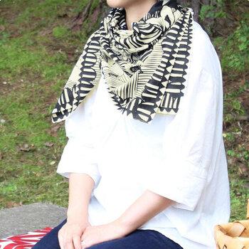 かごバッグの目隠しにしたり、スカーフとして首元に巻いたり、ファッションに取り入れやすいのが嬉しいポイント。綿100%の柔らかな肌触りで、使い心地も◎