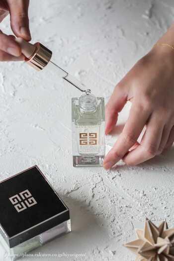 さらりとした液体のオイルは、軽やかな仕上がりが特徴。広い範囲を手早く保湿することができますよ。  【髪】には指通りのよさが期待できます。さらさらに仕上げたい、ツヤを出したい方におすすめです。 【お肌】に使う場合、すぐに肌になじむ使用感のよさや、伸びのよさが特徴です。