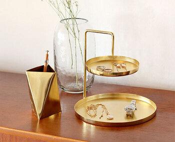 インテリアのアクセントにもなる魅力的な「in bloom(インブルーム)」のツーレイヤートレイ・ツールスタンド。お部屋にあるとワクワクするような美しく輝くゴールドが印象的ですね。ちょっとメガネを外す時に置きたい上品なデザインです。