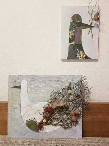 油絵にドライフラワーとウミウチワを取り入れて、立体的で独創的なアートに。ナチュラルさが加わるので、お部屋に温もりをプラスしてくれます。