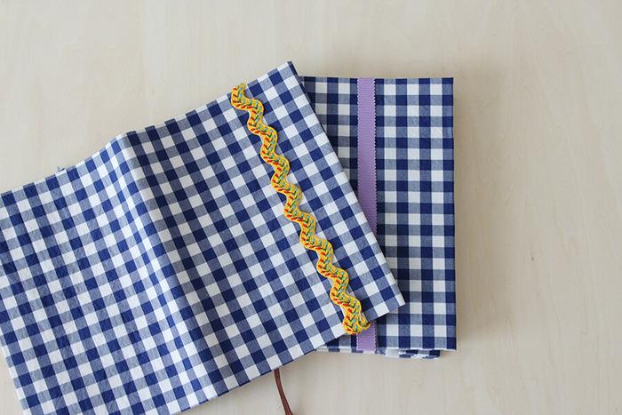 ブックカバーというと手縫いやミシンで縫う作業が大変ですよね。こちらは、両面テープで貼っていくだけなのでとっても簡単。これならお気に入りの布でいろんなブックカバーを手軽に作れそうですね。