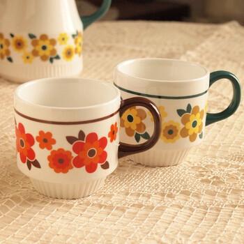 北欧雑貨のマグカップは色合いとお花がレトロポップ。同じ柄のポットと一緒にミッドセンチュリーな食器棚に飾りたいですね。