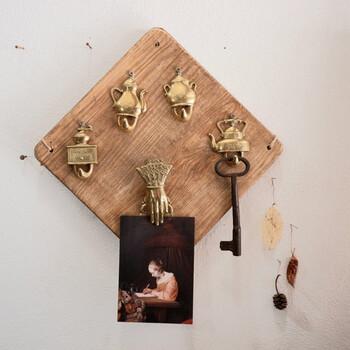 英国ヴィンテージのウォールフック。古木ボードに、ティーポットやコーヒーミルなどの形をした金属製のフックが付いています。クリップになっている人の手がちょっとシュール。玄関壁に取り付けて鍵などを掛けたらとってもお洒落ですよ。