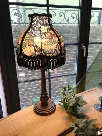 ウィリアム・モリス(William Morris)のテキスタイルは英国スタイルのお部屋におすすめです。イギリスではカーテンや壁紙、クッションなどによく使われており、クラシックな雰囲気がアンティークとの相性抜群です!  こちらの「Strawberry Thief(いちご泥棒)」はモリスのデザインの中でも特に人気で、様々なグッズに使用されています。