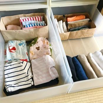 子ども服は成長に伴ってサイズが変わっていきます。サイズが変わったり、その時々で量が変わる物は家にある紙袋で代用しましょう。  わざわざ買わなくても仕切りは家にある材料でいくらでも作ることができるんです。