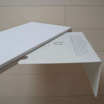 ペーパーボードを収納の幅、高さに合わせてカットしたものを2枚用意します。ブックエンドを挟み込むように両側からペーパーボードを貼り付けます。