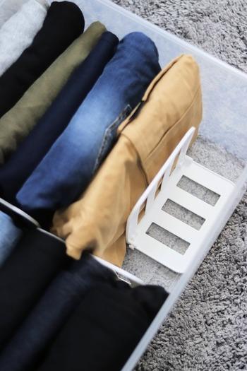 衣装ケースの中もブックエンドを使った仕切りが定番。立てて収納する時には衣装ケース、タンスの引き出しの中を仕切ってあげましょう。