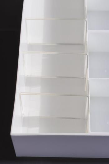 ぴったりの仕切りが見つけられない時は、他のもので代用してもOK。こちらはメニュースタンドを仕切り代わりに使用しています。  深さがある引き出しには立てて、高さがない収納では横にして。ずれないように両面テープで固定してもいいですね。