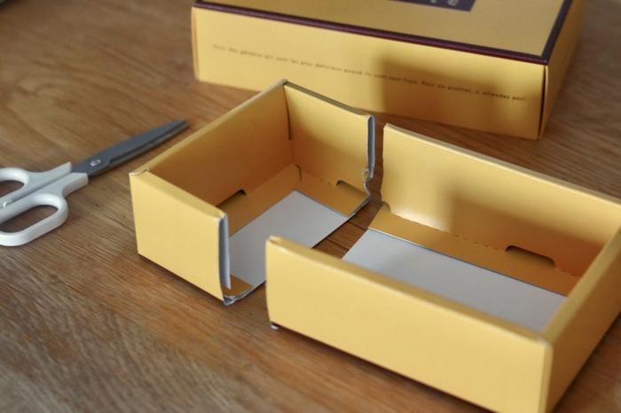 お菓子の空き箱は収納ケースとして使える便利なアイテム。この空き箱を使って仕切り付きの収納ケースを作ってみましょう。  まず箱の本体をお好みのサイズに切ります。