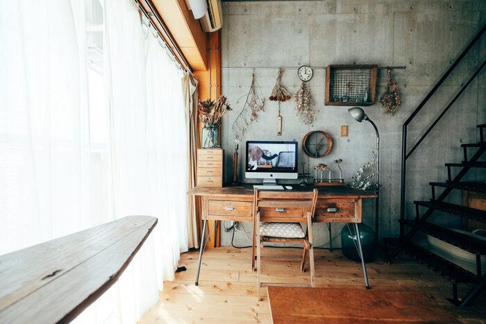 昭和とナチュラルがミックスされたようなノスタルジックなお部屋です。コンクリート打ちっぱなしの壁にも関わらず、木製のアンティーク家具やスワッグであたたかさと可愛らしさが出されています。