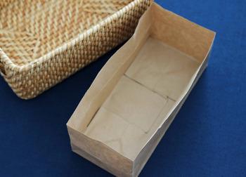 こちらは紙袋を使って収納ケースの中の仕切りを作っていきます。  収納ケースの高さに合わせて紙袋をカット。