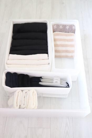 不織布の仕切りケースは靴下や下着肌着など衣類との相性抜群。柔らかい素材なので、多少サイズが合わなくてもぴったり収めることができます。  100円ショップや無印良品で手に入れられるので、予算と相談してどこで購入するか決めましょう。