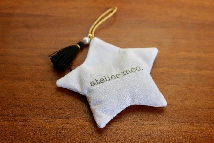 お星さま×タッセルがとっても可愛いサシェ。お名前やイニシャルを入れて、プレゼントにしても喜ばれそうですね。もちろんお子様にも♡